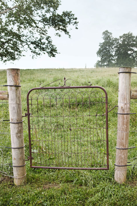 15 inspired garden gates for a beautiful backyard - Rustic wood fences a pastoral atmosphere ...